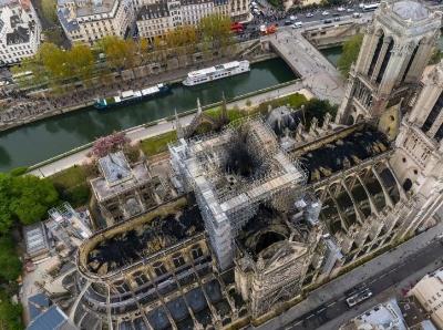 俯拍火灾后的巴黎圣母院 顶部被烧出大洞触目惊心