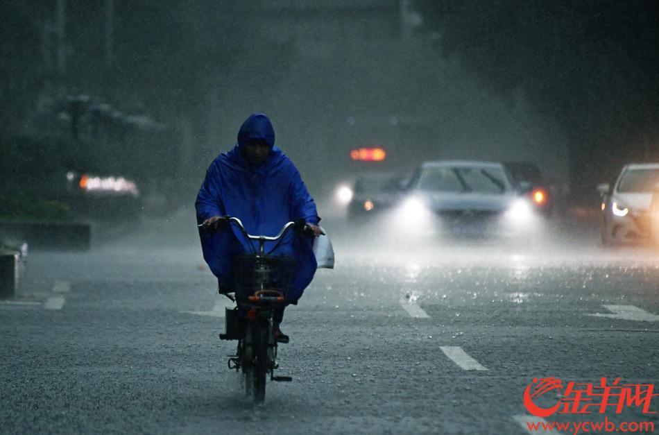 4月20日上午,广州再降暴雨。截止到12时,广州11区全部发布暴雨预警。花都、从化、白云、天河、越秀、荔湾为暴雨橙色预警,其余各区为暴雨黄色预警正在生效 金羊网记者 邓勃 摄
