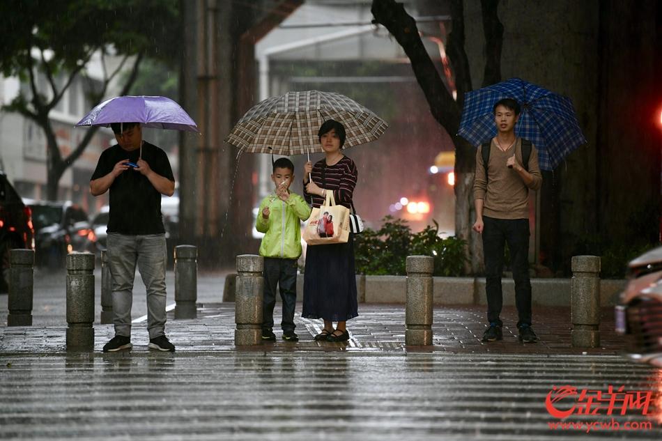 2019年4月20日上午,广州再降暴雨。图为广州市白云区三元里大道与机场路交汇处的雨中场景。 记者 梁喻 摄