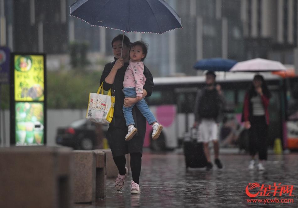2019年4月20日,广州突降暴雨,白昼如夜,路人行色匆匆。记者  汤铭明 摄