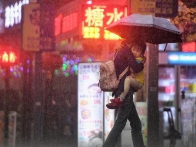 广州暴雨如注 白昼如夜