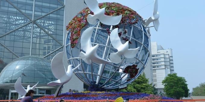 """""""一带一路""""国际合作高峰论坛主题花坛亮相北京街头"""