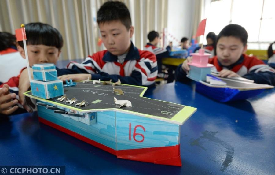 河北邯郸:小巧手制作战舰模型 庆祝人民海军成