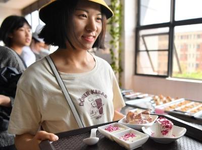云南大学食堂推出玫瑰花美食受热捧