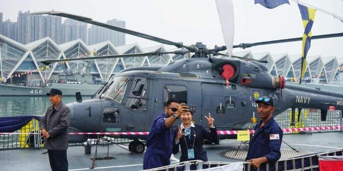 青岛:人民海军成立70周年舰艇开放日参观者络绎不绝