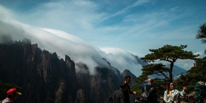 安徽:雨后黄山现瀑布流云奇观