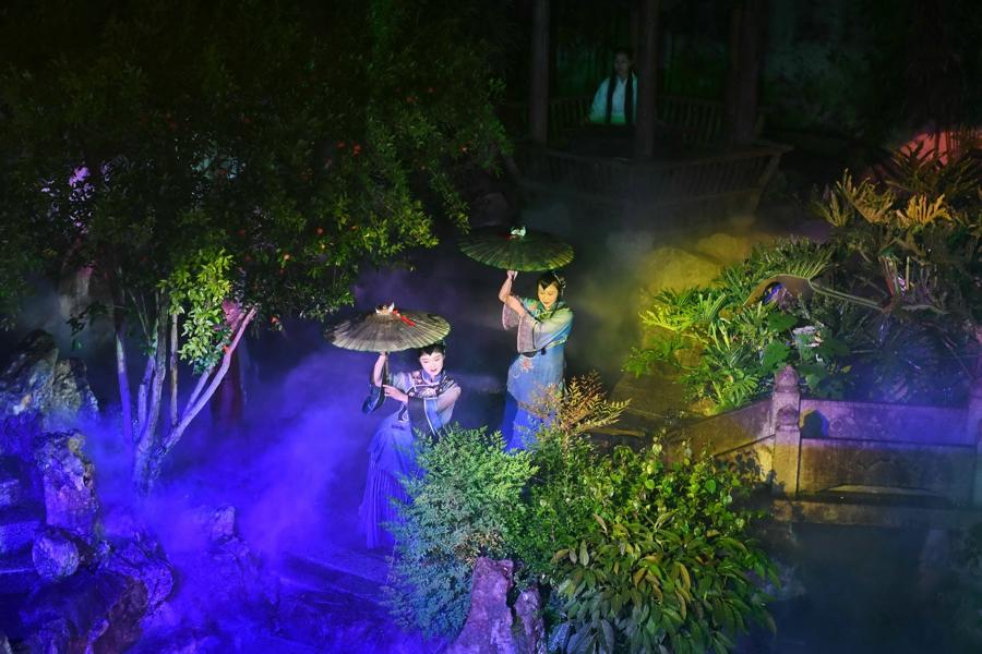 5月5日,演员在福州三坊七巷的水榭戏台表演歌舞《烟雨坊巷》。
