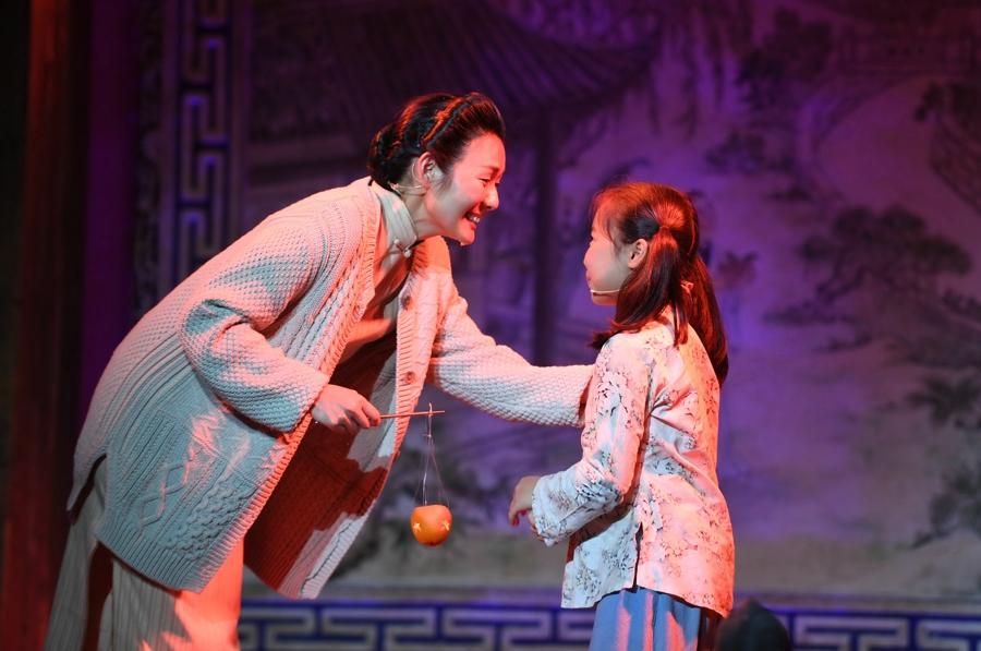 5月5日,演员在福州三坊七巷的水榭戏台表演情景朗诵剧《小桔灯》。