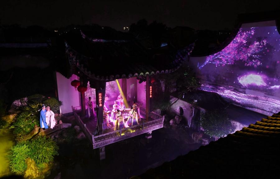 5月5日,演员在福州三坊七巷的水榭戏台表演传统文化演出。