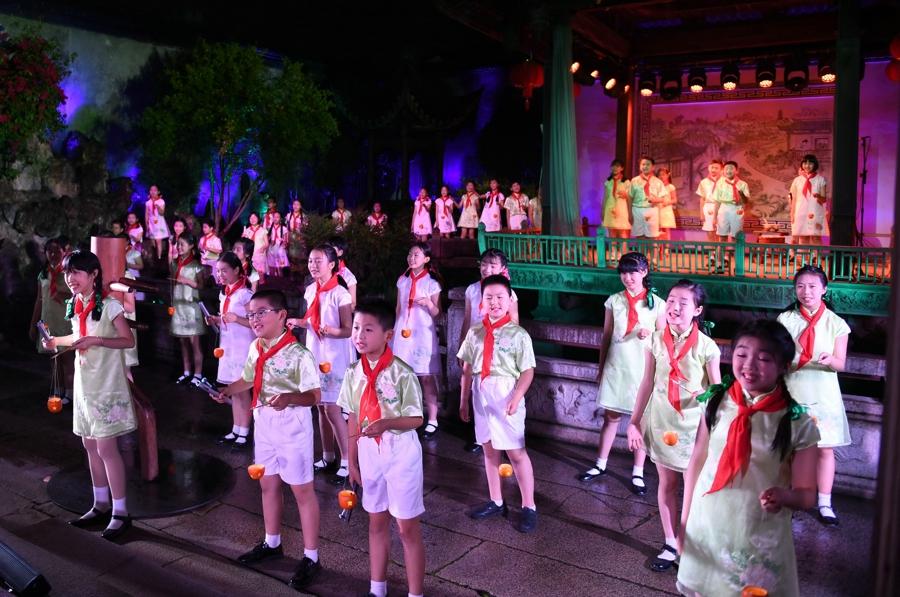 5月5日,小学生在福州三坊七巷的水榭戏台表演。