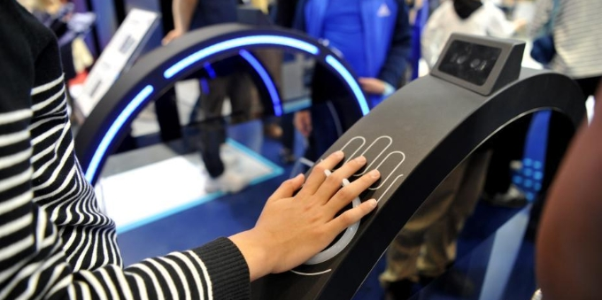 第二届数字中国建设成果展览会:5G远程操作机器人吸引观众