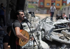 加沙廢墟上舉辦音樂會吸引民眾圍觀欣賞