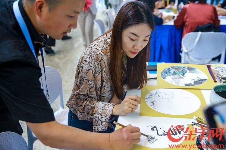 2019年5月15日,亚洲文明对话大会在北京国家会议中心举行开幕式。新闻中心设有多个互动体验区,图为非物质文化遗产互动体验区。 沙龙国际网站记者 宋金峪 摄