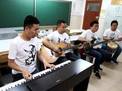 """用音乐感知世界 """"00后""""盲人学生组建乐队"""