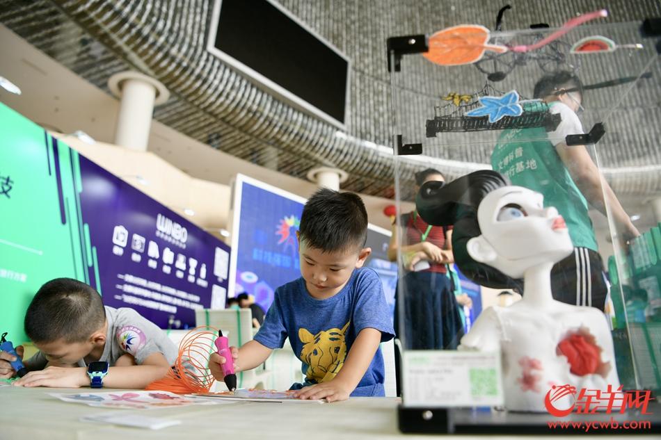2019年广州科技活动周上,3D打印、5G信号VR设备、自动奶茶机等高科技产品吸引了众多观众围观。 记者 梁喻 摄
