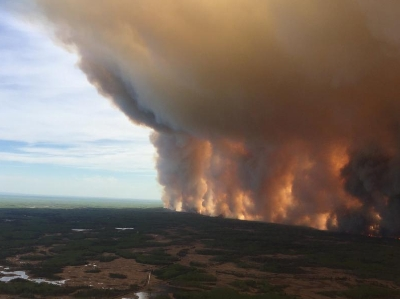 航拍加拿大西部山火 火墻高聳遮天蔽日
