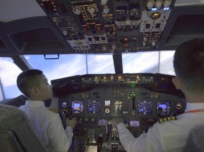 """哈爾濱小學生變身""""飛機駕駛員"""" 體驗AR飛行"""