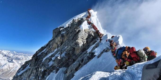 登山者登珠峰导致拥堵 数百人峰顶排队等数小时