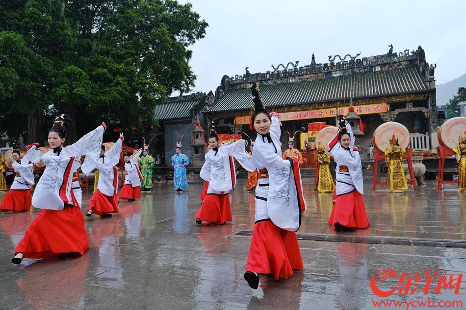 德庆悦城龙母祖庙举行祭祀大典,传统民俗活动精彩纷呈。
