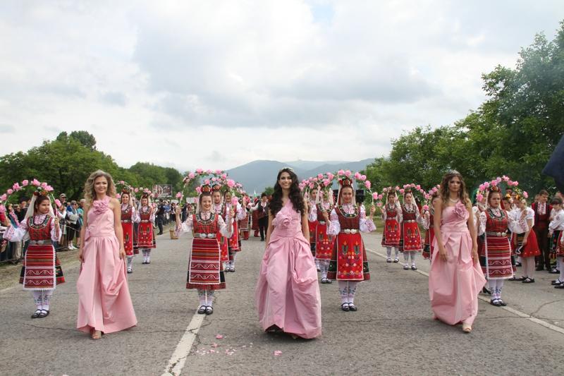 """6月2日,在保加利亞卡讚勒克,新當選的""""玫瑰皇後""""(前排中)與當地花農共慶玫瑰節。"""
