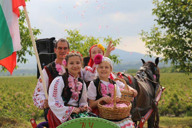 6月2日,在保加利亞卡讚勒克,花農向遊人拋撒玫瑰花。