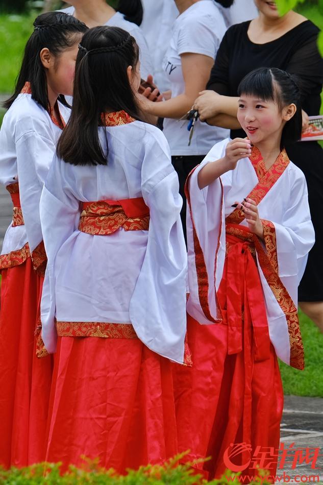 参加德庆学宫祭祀孔子活动表演的孩子十分开心