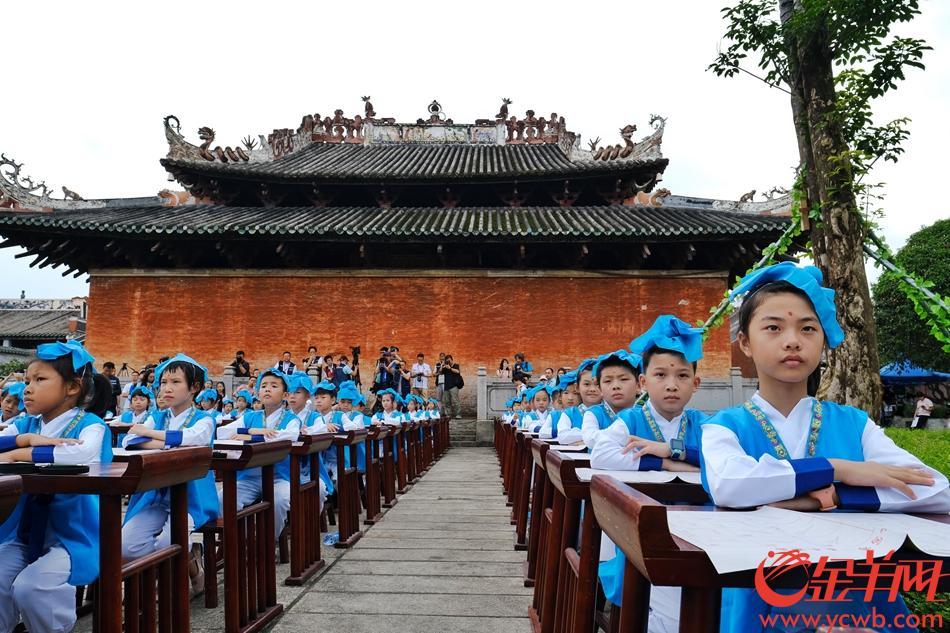 德庆学宫举行的学子开笔礼,孩子们十分专注