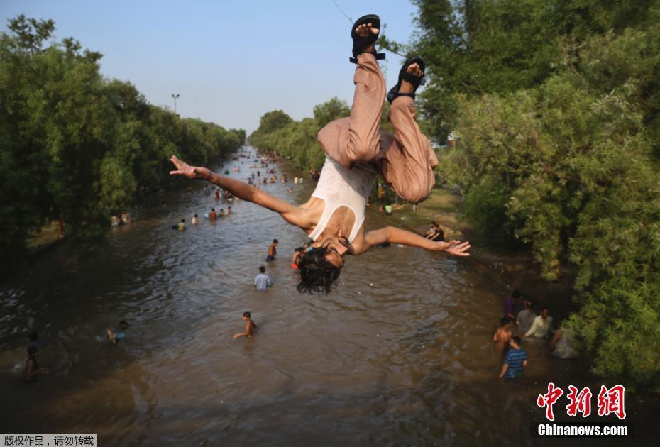 巴基斯坦迎酷暑气候 民众跳入河中纳凉