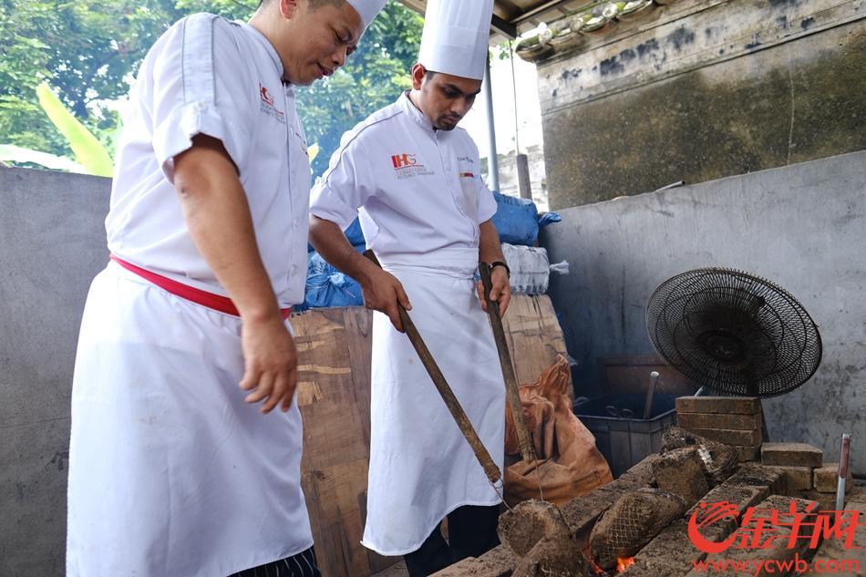 珠海会同古村,印度厨师Shaik Nsibul与泥烩鸡师傅创作了一个全新风味混搭的泥烩鸡