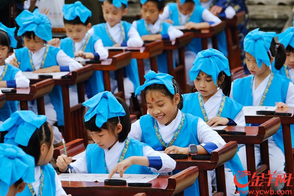 德庆学宫举行的学子开笔礼,孩子们开心书写