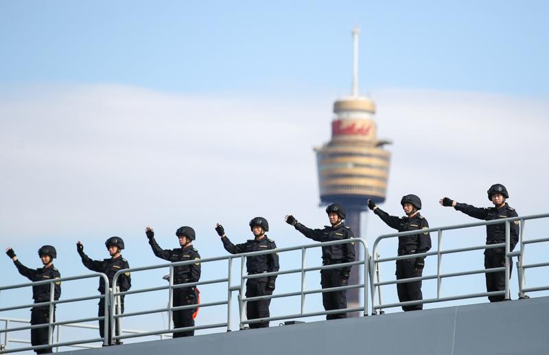 6月3日,在澳大利亚悉尼花园岛军港,中国海军昆仑山舰官兵向欢迎群众图片