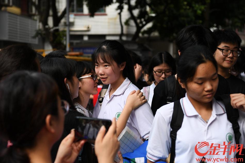 2019年6月7日,高考首日。廣州市第七中學考點外,考生有序排隊進場。排隊之余還有考生抓緊時間多看兩眼復習資料。 記者 周巍 攝