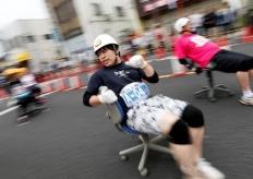 """日本東京舉行""""辦公椅""""賽跑 選手發力過猛狀況頻出"""