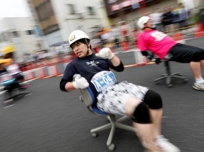 """日本东京举行""""办公椅""""赛跑 选手发力过猛状况频出"""