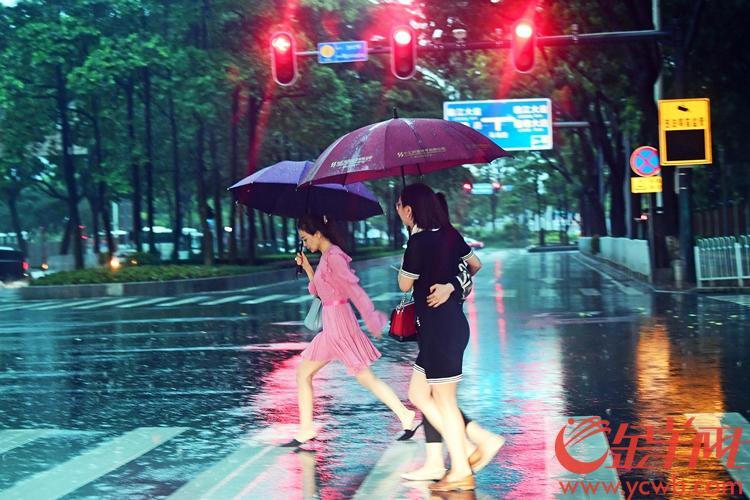 今天下午四点多,广州市区发布雷雨大风橙色和暴雨黄色双预警信号,图为下午四点多珠江新城。沙龙国际网站记者 邓勃 摄