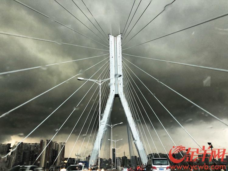 广州市气象台10日15时48分发布雷雨大风橙色和暴雨黄色预警信号,图为风雨来袭前的鹤洞大桥  金羊网记者 宋金峪 摄