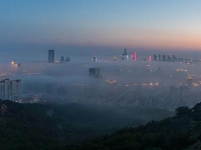 俯瞰青岛城市风光 平流雾下风景美