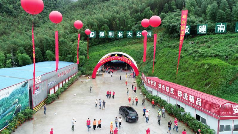 惠清高速南昆山特长隧道双向贯通