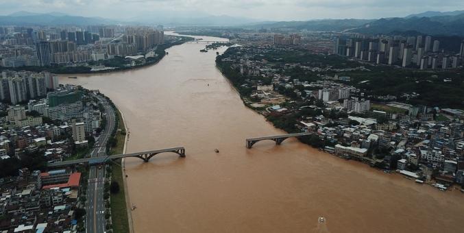 河源市区紫金桥垮塌 2辆小车坠入江中1人获救