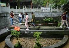 四川长宁古迹葡萄井在地震中损毁 招牌凉糕或将消失