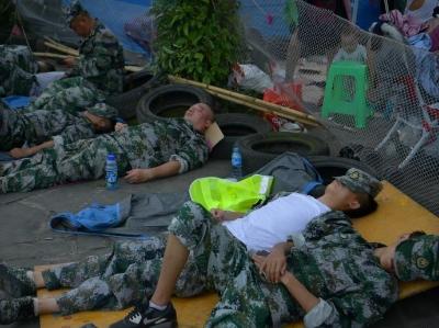 宜宾长宁震后救灾持续进行 救援人员卧地休息