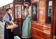 """古老蒸汽机车重现伦敦 民众穿古典服饰拍""""穿越风""""照片"""