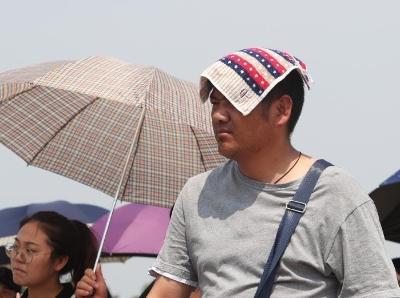 """北京拉响高温警报 游客顶烈日晒到""""变形"""""""