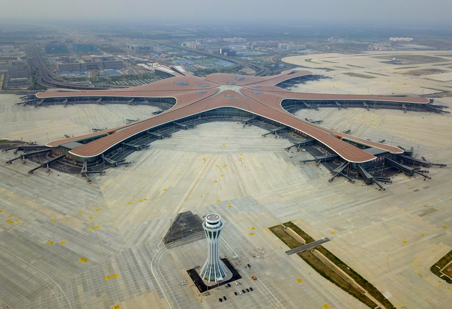 这是6月25日无人机拍摄的北京大兴国际机场西塔台和航站楼。