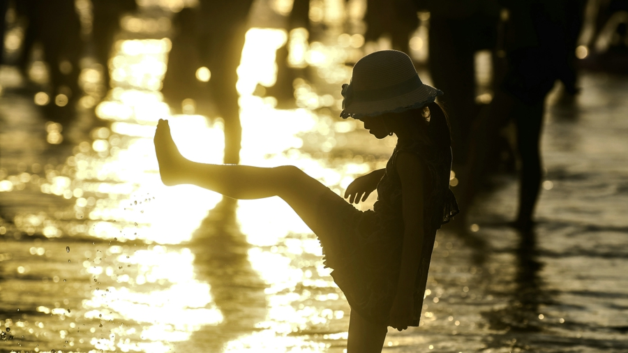 近日,廣西北海市銀灘進入旅遊旺季。圖為6月25日,遊客在廣西北海市銀灘遊玩。新華社發(趙婷婷 攝)