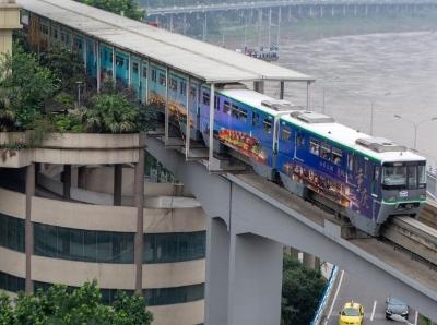 """重庆再现""""魔幻""""建筑 6层旋转停车场上过轻轨列车"""