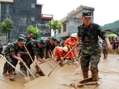 广西东兰:村庄因暴雨致灾 武警官兵紧急设立安置点
