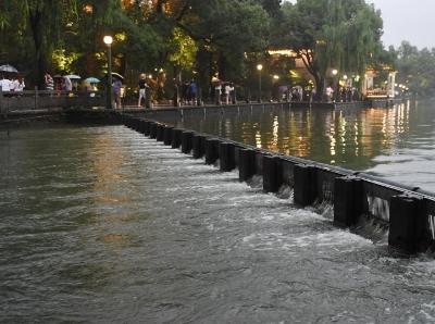 杭州遭遇强降雨 西湖开闸放水