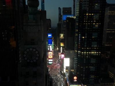 美國紐約曼哈頓大停電 民眾摸黑出行搭地鐵