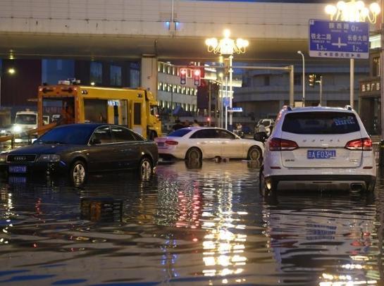 长春突降暴雨 城区积水多台车辆被困水中